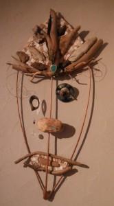 Masque mobile, branches, bois flotté, disque laser (oeil) marbre et pierre