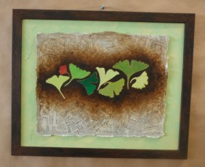 dessin encadré feuilles ginkgo biloba peinture acrylique sur fond collage de papier journal par severine peugniez mimi vermicelle