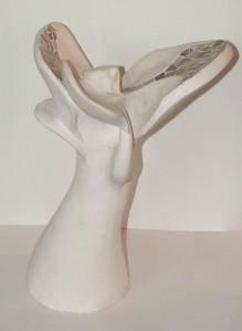 femme fleur sculpture abstraite plâtre formes féminines sensuelles ajout pâte de verre nuance rose parme viloet mauve par artiste mimi vermicelle