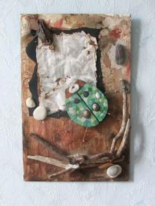 tableau création originale bois flotté insectes coccinelle verte marron galet effet fond encre coulures par artiste beaux arts severine peugniez