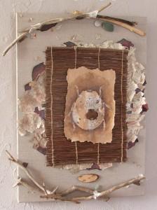 Bête à bon dieu, dessin à l'encre sur papier recyclé, collage de papiers et branches de bois flotté