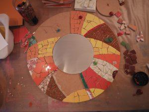 étapes création miroir rond en mosaique style moderne contemporain couleurs chaudes orange rouge jaune faîence pate verre gres cérame par mimi vermicelle s peugniez