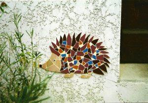 création d'un herisson en mosaique sur un mur extérieur de maison