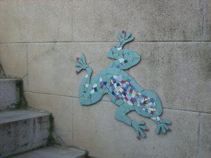 création d'une grenouille en mosaïque sur un mur extérieur de maison