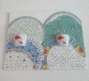 panneau-decoratif-mosaique-pour-cuisine-bol-tasse-cafe-casses-mimi-vermicelle-atelier-savenay-cours-mosaique-enfant-adulte