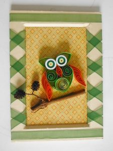 tableau-quiling-papier-roule-hibou-chouette-vert-orange-branche-bois-encadre