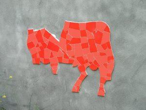 collage-par-morceaux-mosaique-sur-filet-nuances-rouge-taureau-espagnol-encollage-support-par-mosaiste-severine-peugniez-yvelines